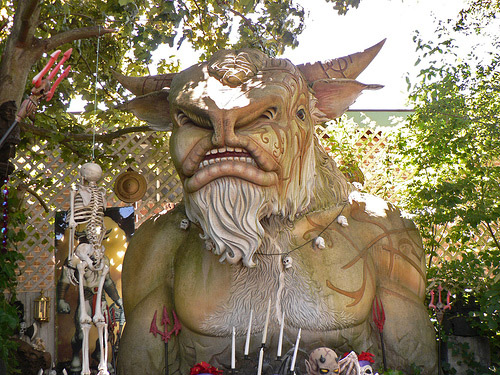 Hurloon Minotaur welcomes you to a backyard!